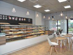 W ofercie regały piekarnicze skonstruowane na bazie regału metalowego z dodatkami na produkty piekarnicze lub cukiernicze – półki, szuflady, osłony z pleksi. Regały można łączyć w ciągi dostosowane do wielkości ekspozycji. Dostępne są także regały z drewna klejonego lub z płyty laminowanej. #bakeryelove #bakerycafe #piekarnia #storedesign #design #store #interior #furnituredesigner #wystrojwnetrz #showroom #retrostyle #polishdesign #meble #galleryart #furnituredesign #interiordesign Conference Room, Bar, Table, Furniture, Home Decor, Decoration Home, Room Decor, Meeting Rooms, Home Furniture