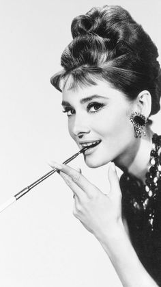 Audrey Hepburn looking mischievous in a publicity still for Breakfast At Tiffany's in 1961 Vintage Hollywood, Hollywood Glamour, Hollywood Actresses, Classic Hollywood, Style Audrey Hepburn, Audrey Hepburn Photos, Actrices Hollywood, Looks Black, Breakfast At Tiffanys