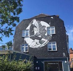 Natural da cidade de Orlândia, no interior de São Paulo, o artista Alex Senna tem obras de arte de rua em países da Ásia, Américas e Europa. Recentemente, ele fez três murais na cidade de Naestved, na Dinamarca, a 90 km de Copenhague. Um deles, o da foto acima, mostra poeticamente um casal se beijando. A obra fica na rua Slagelsevej, número 3
