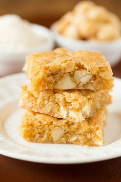 Macadamia Nut, Coconut & White Chocolate Blondies NA NOTES: So delicious! They are buttery and the perfect level of sweetness. Perfect with tea or coffee, I will be serving them warm with a scoop of salted caramel ice cream tonight! Köstliche Desserts, Delicious Desserts, Dessert Recipes, Bar Recipes, Brownie Recipes, Cookie Recipes, White Chocolate Blondies, Chocolate Blonde, Chocolate Squares