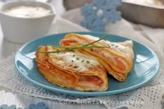 Primo o secondo le crepes ripiene con crema al salmone sono un piatto semplice e delicato perfetto anche per le occasioni speciali.