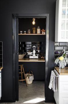 schwarze Metrofliesen zu schwarzer Wand und Holz
