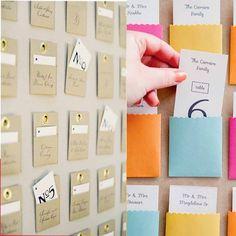 Plus ludiques et plus décoratives que les marque-places, les escort cards trouveront facilement leur place dans votre déco de mariage!