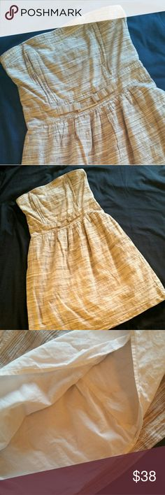 Banana Republic linen strapless midi dress Easy elegancd with tan/cream mottled linen/cotton blend strapless dress. Top has comfotable boning and grippy rubber around the top.  Side zipper and fully lined.  Measure 14 inches laying flat at the waist, 15 inches at the bust and 30 inches from top of bust to hem. Excellent used condition. I am open to offers. Banana Republic Dresses Strapless
