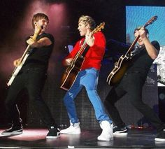 Niall Horan and the guitar One Direction Updates, I Love One Direction, Love To Meet, Im In Love, Boys Who, My Boys, Reasons To Be Happy, Teenage Dirtbag, Five Guys