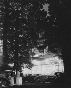 55. L'été, au Bois de Boulogne, une clientèle choisie goute la fraicheur nocturne sous les ombrages du pavillon d' Armenonville.