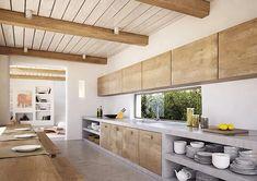 Stupendo progetto cucina in muratura rustico moderno realizzata in cemento con sportelli, mobili, tavolo e travi in legno noce - eccellente l'idea del paraschizzi - finestra