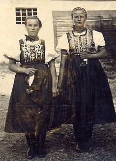 Hermanovce (Spiš) Folk Costume, Costumes, Eastern Europe, Family History, Lace Skirt, Sari, Culture, Traditional, People