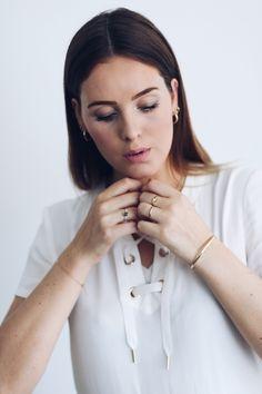 Blogger mode rosa gaat volledig gehuld in gouden sieraden & het staat haar prachtig!