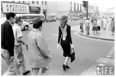 Vikki Dougan was a model and actress known for appearing in low cut and backless dresses. She's rumored to be the inspiration for Jessica Rabbit. Here she is walking down Hollywood Boulevard (not too far from The Max Factor Building) in the Vintage Glam, Mode Vintage, Vintage Love, Vintage Beauty, Vintage Photos, Vintage Fashion, Vintage Ads, Vintage Style, Vikki Dougan