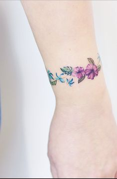 Discreet And Charming Wrist Tattoos You'll Want To Have. Classy, colorful and feminine wrist bracelet tattoos Classy Tattoos, Girly Tattoos, Small Tattoos, Tattoos For Guys, Flower Wrist Tattoos, Vine Tattoos, Body Art Tattoos, Tatoos, Pagan Tattoo