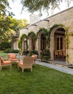 15 Beautiful Transitional Landscape Designs For A Private Backyard Paradise - Living Area on the Deck / Patio / Porch - House Exterior Spanish Style Homes, Spanish House, Italian Home, Italian Villa, Hacienda Style, Backyard Paradise, Mediterranean Homes, Mediterranean House Exterior, Dream House Exterior