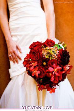 Ramo de novia en color rojo intenso #red #bouquet #bride #Wedding #YUCATANLOVE