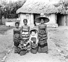Savoenese kinderen met het dochtertje van de zendeling, eveneens in Savoenese kleding 1896 The Lost World, Timor Leste, Vintage Images, Old Photos, Nostalgia, The Past, Culture, Kebaya, History