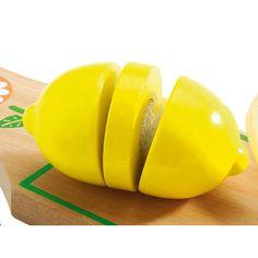 Un ensemble tout en bois très réaliste à découper pour préparer ses fruits et légumes.
