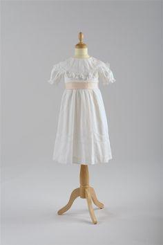 Mädchenkleid, um 1910, Weißes Baumwollpiké, Loch-und Weißstickerei © Wien Museum Wedding Season, White Dress, Flower Girl Dresses, Anniversary, Museum, Popular, Wedding Dresses, Collection, Fashion