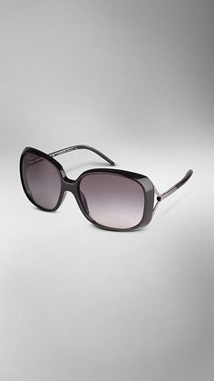 Burberry - OVERSIZED SUNGLASSES- Keeping my pretty peepers safe from the sun! #colorsofsummer