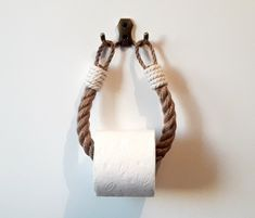 The toilet paper holder consists of natural jute rope and a bathroomd .The toilet paper holder consists of natural jute rope and a bathroomdecoration - winter recipesAnchor hook - buy the lookAnchor hooks - buy Jute, Nautical Bathroom Decor, Nautical Interior, Rope Crafts, Yarn Crafts, Eco Friendly Fashion, Paper Storage, Toilet Paper Roll, Diy Toilet Paper Holder