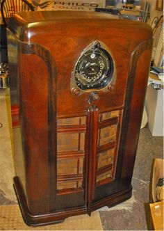 Radios, Shock And Awe, Old Time Radio, Vintage Architecture, Antique Radio, Art Deco Home, Record Players, Art Deco Period, Old Tv