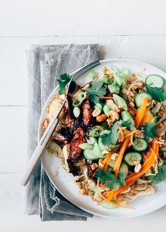 Super lekkere kleverige Koreaanse kip met gebakken rijst, spitskool en frisse komkommer en wortel salade.