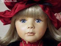 Krásná porcelánová panenka s pomněnkovýma - obrázek číslo 1