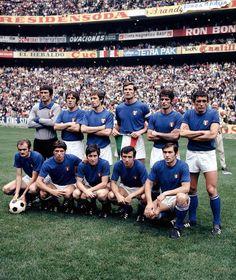 1970 Il mondiale in Messico del 1970 fu quello dell'epica semifinale Italia-Germania 4 a 3. In finale, poi, l'Italia perse 4 a 1 contro il Brasile. La maglia usata dalla nazionale fu solo una, quella azzurra a girocollo con maniche corte.
