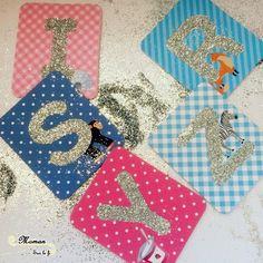 Activité Enfants DIY Bricolage - Créatif - Sensoriel - Préparer des lettres rugueuse avec le kit mes petites ateliers montessori de Larousse - Autocollant et paillettes - issu du blog Maman Sur Le Fil