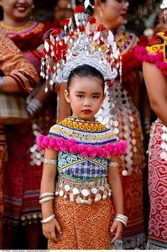 Young Girl In Traditional Dress, Sibu, Sarawak, Borneo, Malaysia - Royalty Free… Ethnic Fashion, Asian Fashion, Kids Fashion, Malaysia Truly Asia, Costumes Around The World, World Thinking Day, Girls Rules, Folk Costume, Borneo