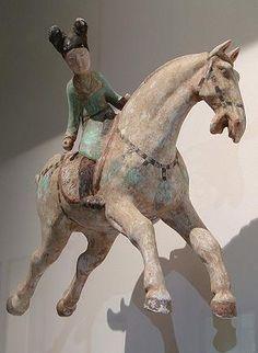 Joueuse de polo Chine du Nord, dynastie Tang, première moitié du 8ème siècle. Terre cuite, englobe blanc et polychromie. Section Chine du musée Guimet