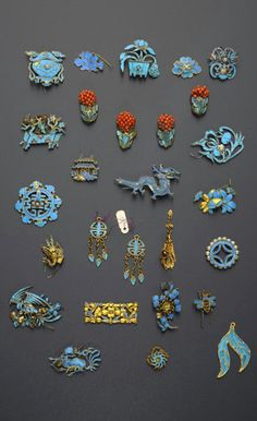 China | Collection of gilt metal and Kingfisher feather items; variously formed as hairpins, brooches and plaques and decorated with birds, flowers, vases, shou characters and dragons | Qing Dynasty | 3'200£ ~ sold (May '15)