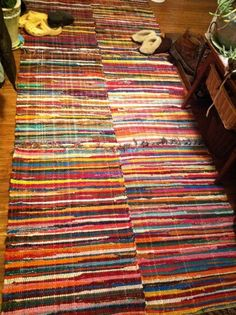 Learn how to make a rag rug out of your leftover fabric scraps, or old tarnished clothes and rags! Rag Rug Tutorial, Pillow Tutorial, Cheap Rugs, Braided Rugs, Leftover Fabric, Types Of Rugs, Rug Hooking, Diy Projects To Try, Soft Furnishings