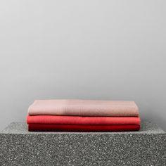 NORMANN COPENHAGEN - PLAID TINT  Tint est une collection de plaids contemporains en laine, éditée par Normann Copenhagen. Inspirée par la nature et l'évolution des couleurs au fil des saisons, la designer Anne Lehmann a conçu cette série colorée et constituée de larges bandes de différentes nuances qui créent un doux dégradé pour chacun des plaids. Ils sont réalisés grâce à une technique particulière : une fois tissée, la laine est brossée pour donner une allure à la fois moderne et…