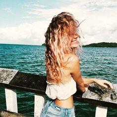(...) Posso te garantir que o verão solitário me deixou mais mulher, mais leve e mais bronzeada e que, depois de sofrer muito querendo uma pessoa perfeita e uma vida de cinema, eu só quero ser feliz de um jeito simples. Hoje o céu ficou bem nublado, mas depois abriu o maior sol. 🌞🌞🌞 #seressencia #mulher #praiana #vibe #vibepositiva #vibeserena #ceudefotografias #positividade #positividadeso #life #lifelovevibe #paznaalma #moradadomar #gopro #goproadventure #nature #yolo #photography…