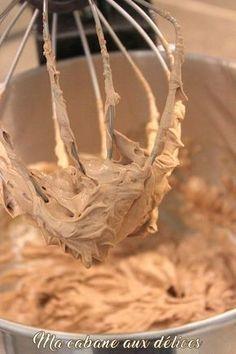 Recette de ganache chocolat au lait. Une recette ultra facile à préparer, je l'utilise pour la garniture des gâteaux, des macarons ou des tartes.