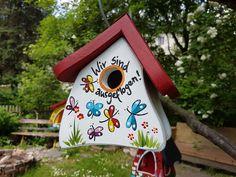 Der Kindergarten-Abschied naht und Sie wollen die Erzieherinnen mit einem ganz persönlichen und bleibenden Geschenk überraschen? Wir helfen Ihnen dabei und malen diese Vogelvilla für den kleinen...