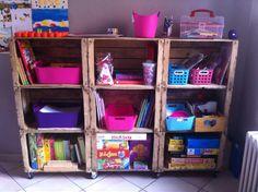 Meuble à cagettes recup pour rendre accessible les jeux et bricolages des enfants.