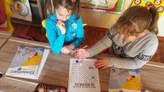 Nauka tabliczki mnożenia wcale nie musi być żmudna i zniechęcająca jeśli zaproponujemy dzieciakom grę, która spowoduje tyle radości, że za...