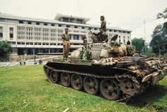 vintage everyday: Vietnam War 40 Years Ago: 75 Beathtaking Color Photos of the Fall of Saigon in April, 1975