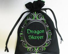 Dungeons and dragons Embroidery Ideas, Machine Embroidery, Dice Bag, Dragon Slayer, Nerd Love, Small Bags, Dungeons And Dragons, Tarot, Sewing