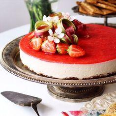 Härlig cheesecake med smak av rabarber och vit choklad, täckt av ett tunt lager jordgubbsgelé.