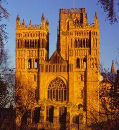 「ダラム大聖堂」は,最初にリブ・ヴォールト天井が採用されたロマネスク建築様式の建築物である.