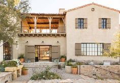 Mediterranean-style dream home with rustic interiors in the Arizona desert #casascolonialesdeunpiso