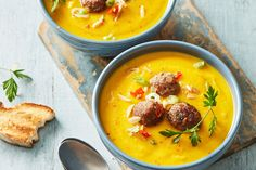 Cremige Kürbissuppe mit Äpfeln, Karotten und Kartoffeln, ein gutes Rezept aus der Kategorie Kochen. Bewertungen: 132. Durchschnitt: Ø 4,6.