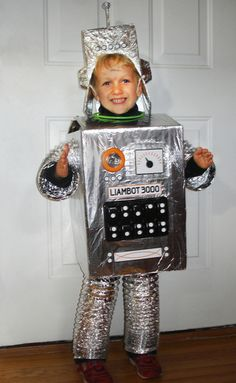 Got a box Robot Costume Diy, Train Costume, Cute Group Halloween Costumes, Robot Costumes, Diy Robot, Halloween Kids, Halloween 2015, Halloween Stuff, Nono Le Petit Robot