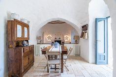 Trullo Dei Mandorli_Essbereich und Wohnzimmer mit Kamin