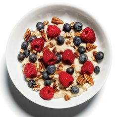 Flat-Belly Breakfast: Oatmeal with Pecans and Berries! 1 packet of Original Quaker Instant Oatmeal - 1 cup skim milk - mixed with 2 Tbsp chopped pecans and cup raspberries and cup blueberries. Healthy Breakfast Recipes, Healthy Snacks, Healthy Recipes, Breakfast Ideas, Healthy Eating, Breakfast Photo, Drink Recipes, 500 Calorie Meal Plan, Quaker Instant Oatmeal