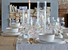 Décoration de table avec une vaisselle blanche et ornée de doré.