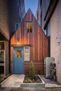 Eingeklemmt: Die 100 Quadratmeter große Hütte zwischen zwei Bürotürmen. (Foto: Pink Moon Saloon)