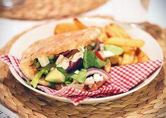 Ruokavinkki viikonlopulle - itsetehdyt pitat, täytteinä kebablastut, punasipuli, fetajuusto, creme bonjour valkosipuli... NOM!