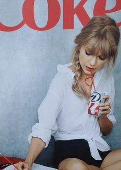 Taylor Swift with her Diet Coke commercial. What would Taylor do? Taylor Swift Moda, Style Taylor Swift, Taylor Alison Swift, Swift 3, Taylor Swift Bangs, Taylor Swfit, Britney Spears, Pretty People, Beautiful People